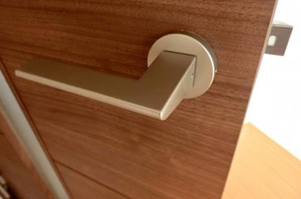 玄関ドアが閉まりにくい時のラッチ調整方法