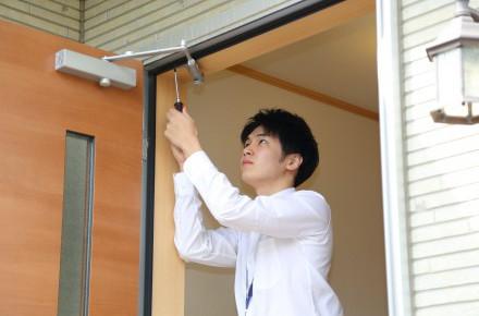 玄関ドアクローザーのきしみ・異音トラブルの原因と対処法