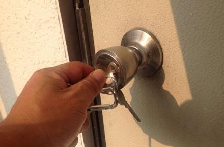 鍵穴が壊れた時になるべく低コストで鍵を交換する方法