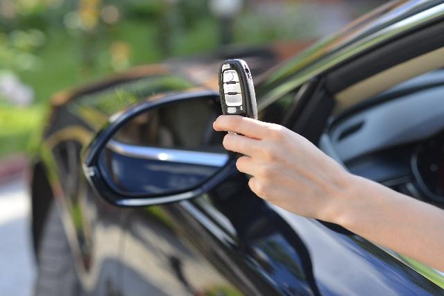 スマートキーを車の近くに保管するのが危険な理由と対処法